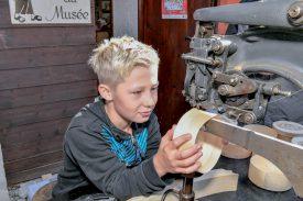 Adrien Rachet a pu tester une agrafeuse pour boîte à vacherin. D'autres métiers traditionnels étaient à l'honneur, comme tavillonneur et leveur de sangles. Le Musée du vacherin Mont-d'Or était également ouvert au public. ©Pierre Blanchard