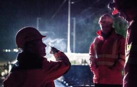 23h30: les ouvriers discutent et fument une dernière cigarette avant le feu vert de la cheffe de la sécurité. © Simon Gabioud