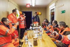 1h45: ingénieurs et ouvriers trinquent au bon déroulement des travaux. © Simon Gabioud