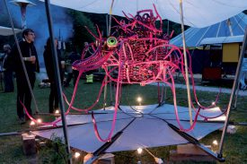 Aglaé, l'araignée mécanique en métal de cinq mètres de diamètre, du sculpteur Nicolas Coeytaux, était présente sur la place de fête, devant le chapiteau. ©Gabriel Lado