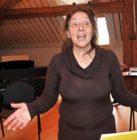 L'enseignante Bernadette Scheder Grin et le chanteur Petrek (Patrick Perret) ont dirigé la chorale, lors d'une visite technique et artistique. © Michel Duperrex
