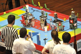 La petite finale d'Eurobot bat son plein à La Marive. A l'arrivée, les deux robots suisses apporteront la victoire à l'équipe BlackJacks, de Berthoud, au détriment de son concurrent serbe. © Michel Duperrex