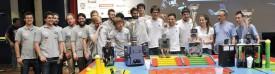 La phase finale de SwissEurobot a eu lieu vendredi après-midi, consacrant les BlackJacks, de Berthoud (au centre). Equipe invitée, les Français de Robotic System (à dr.) montent sur la deuxième marche d'un podium complété par Quantum of HSR. Les équipes du CPNV et de la HEIG-VD ont respectivement terminé aux 4e et 9e rang. © Michel Duperrex