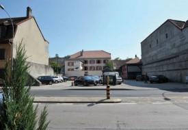 C'est dans cette dent creuse de la rue de Neuchâtel qu'aurait dû être inauguré en novembre 2014 le foyer pour étudiants. © Duperrex -a