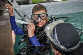 Le jeune Clément Lemonde s'offre un baptême de plongée grâce aux Kabourias, le club de plongée de Grandson. © Alkabes/Aubert
