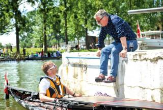 Convivialité et découverte du lac: cette photo de la discussion entre le syndic d'Yverdon-les- Bains, Jean-Daniel Carrard, et l'éco-aventurier Raphaël Domjan (en kayak solaire) résume tout l'esprit de la Fête-Eau-Lac.
