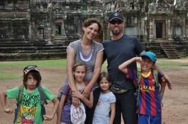 Francine et Lionel Imhof avec leurs quatre enfants, Esteban, Nolwenn, Evaëlle et Théo (de gauche à droite). © Lionel Imhof