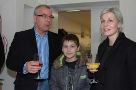Jean-Pierre Hürni, directeur du Conservatoire, avec Emmanuelle Camci, directrice de l'Unité d'accueil pour écoliers (UAPE) Les Cygnes, et le fils de cette dernière Cam-Léo.