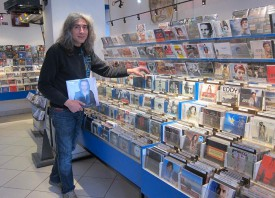 Un disque de la jeune Suissesse Sophie Hunger à la main, Toni Fortunato pose devant les rayons dédiés à la musique française. Internet oblige, les magasins comme le sien sont une espèce en voie de disparition.