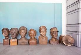 Les bustes de personnalités historiques trônent, déjà, dans leurs nouveaux locaux. © Simon Gabioud