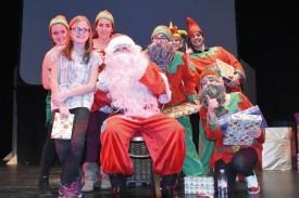 Le Père Noël, vedette incontournable de la soirée, avec Nolwenn et ses petits lutins. © Michel Duvoisin