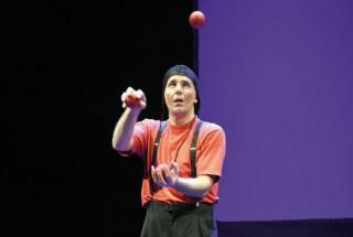 Le magicien-jongleur Sébastien Bertin a animé une partie de la soirée. © Michel Duvoisin