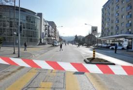 L'avenue Haldimand était placée sous bonne garde, tandis que les investigations allaient bon train pour identifier et neutraliser l'éventuel engin explosif. © Michel Duperrex