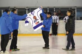 Les dirigeants du club de Tabor ont remis un maillot de leur équipe à Jiri Rambousek, qui y a fait ses débuts. © Roger Juillerat