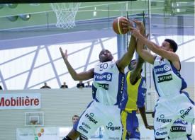 On se bat sous le panier, pour récupérer le rebond, lors de la finale entre Fribourg et Neuchâtel. © Champi