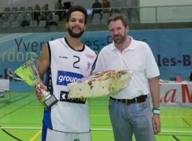 Olivier Schott a remis le trophée à Jonathan Kazadi, capitaine de Fribourg Olympic. © Champi
