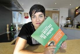 Virginie Lénart dans la cuisine de sa maison de Villars-Burquin, là où elle a réalisé toutes les recettes de son premier livre. © Michel Duperrex