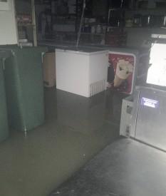 L'eau a envahi les sous-sols en causant des dégâts à l'un des congélateurs. ©SDIS Nord vaudois