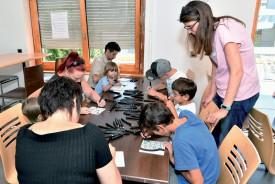 De nombreux feutres étaient à disposition pour que les enfants puissent apporter leur contribution à la réalisation des quatre mosaïques. ©Pierre Blanchard