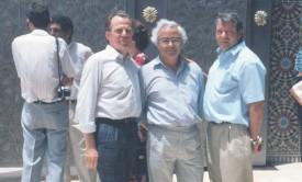 Jean-Paul Deillon, Franco Sbarro, et Jean Martinent, devant le grande mosquée de Casablanca, en 1995, à l'occasion de l'ouverture de l'école CREA.