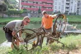 Les numéros de cadre des vélos sont relevés, en espérant retrouver leur propriétaire. ©Simon Gabioud