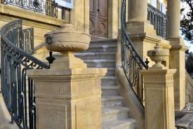 Une montée d'escaliers élégante.