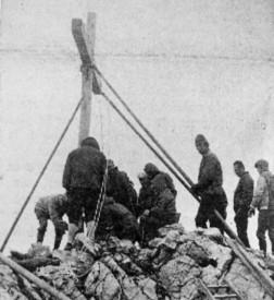 En juin de 1970, l'ancienne croix de 1935, consolidée en 1955, est remplacée, par une vingtaines de courageux.