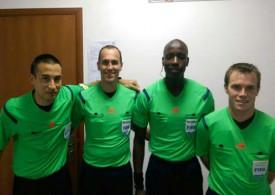 Le trio suisse (de gauche à droite, Remy Zgraggen, Sacha Amhof et Alain Heiniger) accompagné d'un collègue représentant de la Confédération africaine de football.