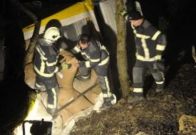 Les sapeurs-pompiers s'attellent à décharger la remorque du camion...