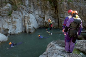 Les jeunes n'ont pas hésité à se lancer dans le vide lors de l'épreuve de canyoning. Dmitry Sharomov. ©DR