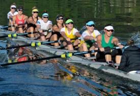 Après avoir mis l'accent sur la technique pendant la première heure de l'entraînement, les Australiennes travaillent les départs et la vitesse, toutes ensemble. Les visages expriment l'intensité des efforts consentis.