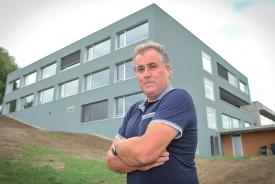 Le syndic Max Holzer pose fièrement devant le nouveau bâtiment du collège de Chamblon. ©Carole Alkabes