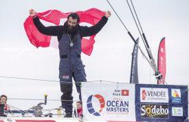 Le navigateur genevois a porté haut les couleurs de la Suisse à son arrivée aux Sables-d'Olonne. ©Olivier Blanchet / Vendée Globe