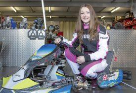 Léna Bühler pose dans l'atelier mécanique de son équipe, GS Karting, à Echandens. ©Simon Gabioud