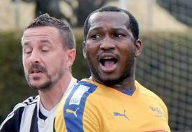 Eric Djemba-Djemba, félicité après l'ouverture du score. ©Pierre Blanchard