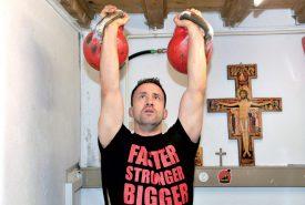 Plus vite, plus fort, plus grand : Raphaël Pomey soulève des poids de 32 kg chacun dans l'antre de la «bête», au sous-sol de son domicile. ©Michel Duperrex