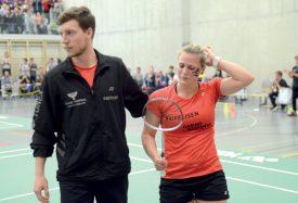 Sarah Golay consolée par son coéquipier Pierrick Deschenaux, surnuméraire durant cette finale. ©Michel Duvoisin