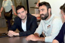 Alan Roura (à dr.) et Cyril Cornu, responsable de La Fabrique: une affaire qui roule. ©Michel Duperrex