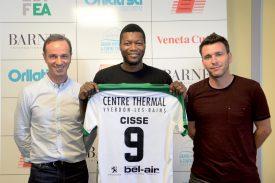 Entouré de Mario Di Pietrantonio (à g.) et d'Anthony Braizat, Djibril Cissé a déjà son maillot floqué, qu'il étrennera pour la première fois le 15 juillet, en amical à Fribourg. ©Michel Duperrex