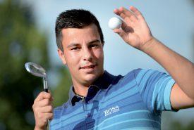 Nicolas Becholey travaille son swing devant chez lui. Le golf est une affaire de répétitions, de précision et de concentration. ©Michel Duperrex