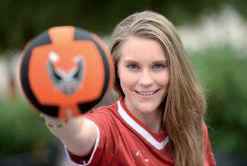 Ballon des Foxes de Lausanne dans la main et maillot de l'équipe de Suisse sur les épaules, Sylvie Schnyder a sa cible en ligne de mire. ©Michel Duperrex