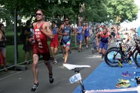 Sylvain Fridelance (en rouge avec le numéro 21) visera une place parmi les quinze meilleurs triathlètes, jeudi, lors des Championnats du monde M23 disputés à Cozumel, au Mexique. ©DR