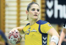Shadaya Goumaz a déjà prévu une grosse veste d'hiver pour se rendre en Islande. Le club yverdonnois l'a félicitée, vendredi dernier, alors qu'elle assistait au match de ses ex-coéquipières contre Stans. ©Michel Duvoisin