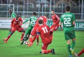 Florian Gudit perfore la défense de La Sarraz, pendant que Moussilou tente un appel (à g.). ©Carole Alkabes