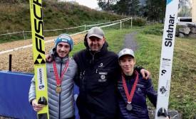Le champion de Suisse Killian Peier, l'entraîneur de l'équipe West Arnaud Bousset et le vice-champion Gabriel Karlen (de g. À dr.). ©DR