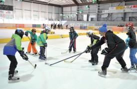 La patinoire d'Yverdon a été divisée en plusieurs parties, permettant aux participants de croiser les cannes. ©Carole Alkabes