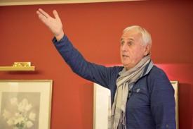 Bernard Challandes en plein show à Yverdon. ©Simon Gabioud