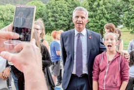 Le ministre des affaires étrangères s'est prêté à un bain de foule et, notamment avec les plus jeunes, au jeu des photos. ©Pierre Blanchard