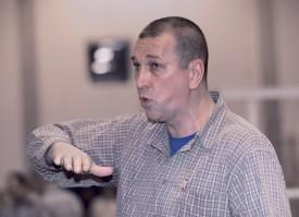 Passeur habile, Oleg Petrachenko a trouvé un autre emploi à ses grandes mains en se formant, au début des années 2000, en tant que mécanicien de précision dans la fabrication de pièces d'horlogerie. ©Champi