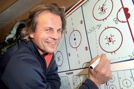 Milan Tekel est à l'aise dans son rôle de coach, devant son tableau, et se sent bien au HC Yverdon. ©Michel Duperrex